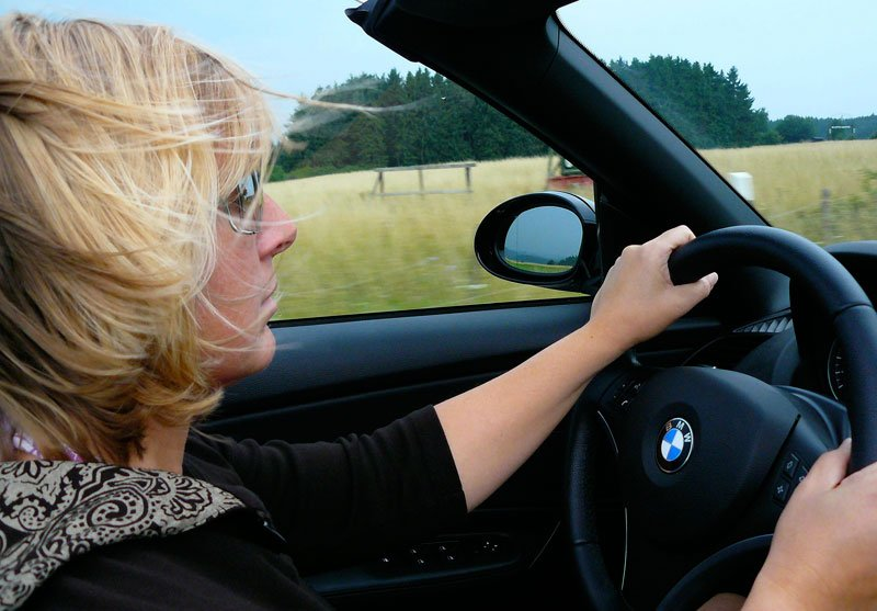 Woman driving convertible - who are better drivers?